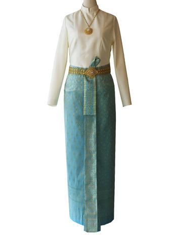 เสื้อบรมพิมานสีขาว แมทเข้ากับผ้าถุงสีฟ้าดิ้นทองแมทเข้ากับเครื่องประดับครบเซ็ท