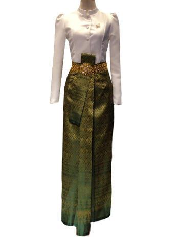 ผ้าถุงสีเขียวดิ้นทอง แมทเข้ากับเสื้อจิตรลดาสีขาว