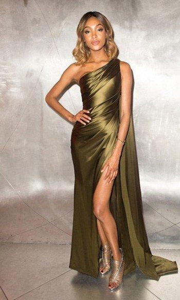 ชุดราตรียาวไหล่เฉียงสีเขียวทอง หรูหราผ้าเรียบสไตล์เรียบหรู โชว์เรียวขา