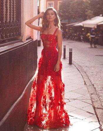 ชุดราตรียาวผ้าลูกไม้สีแดงช่วงกระโปรงซีทรู แนวสายเดี่ยวสำหรับสาวเซ็กซี่