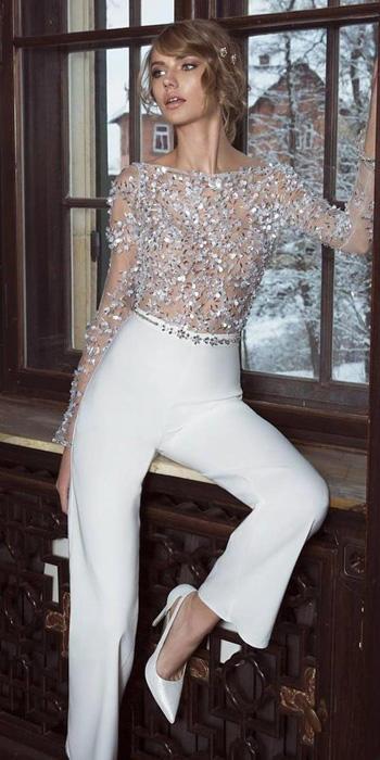 ชุดราตรีแบบกางเกงแนว ปี 2020 ตัวเสื้อแขนยาวซีทรูตกแต่งด้วยลูกไม้และคริสตัลหรูหรา แมทเข้ากับกางเกงสีขาวเรียบหรู