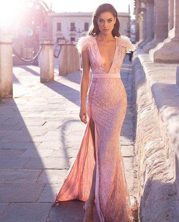 ชุดออกงานเเต่ง หรูหราดูแพงกับชุดราตรยาวสีชมพูกระโปรงทรงหางปลา โชว์ร่องอกแอบเซ็กซี่