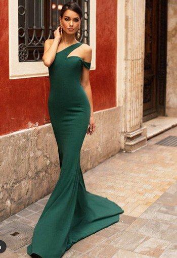 แบบชุดสีเขียว โชว์ไหล่ ผ้าเรียบหรู กระโปรงทรงหางปลาหรูหรา