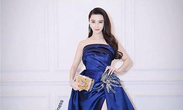 ชุดราตรีกาลาสีน้ำเงินคู่กับกระเป๋sสีทองดูสะดุดตามากค่ะ