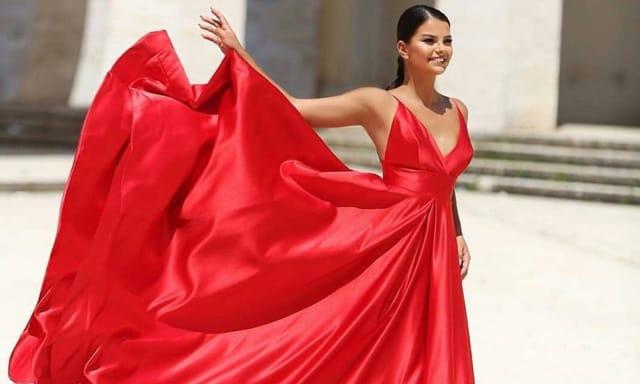 ชุดราตรีสีแดง