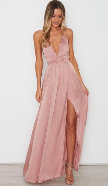 ผ้าเรียบสีชมพูชุดราตรียาวคอวีลึกเน้นเอวกระโปรงทรงสุ่มกระโปรงผ่าหน้าขาสูง
