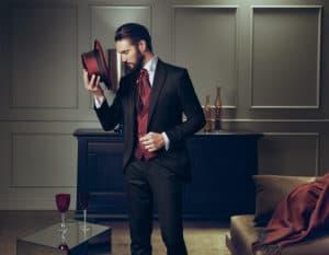 เเนวเเกสบี้ชุดสูทสีดำเเมทต์กับเสื้อกั๊กสีเเดง