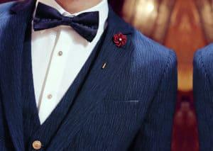 สูทสีน้ำเงินลายเรียบๆเเมตท์กับพินสีเเดงเเละหูกระต่ายสีน้ำเงิน
