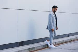ชุดสูทเเนวชิคๆสีฟ้าแมตท์กับรองเท้าผ้าใบสีขาวก็เข้ากัน