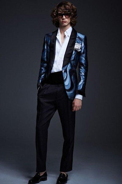สูททักซิโด้สีฟ้าปกดำใส่เเมทต์กับกางเกงสีดำ