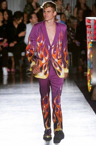 มาแบบมาทเท่ห์สไตล์หนุ่มฮอตกับสูทสีม่วงลายไฟกางเกงทรงเข้ารูปสลิมฟิต
