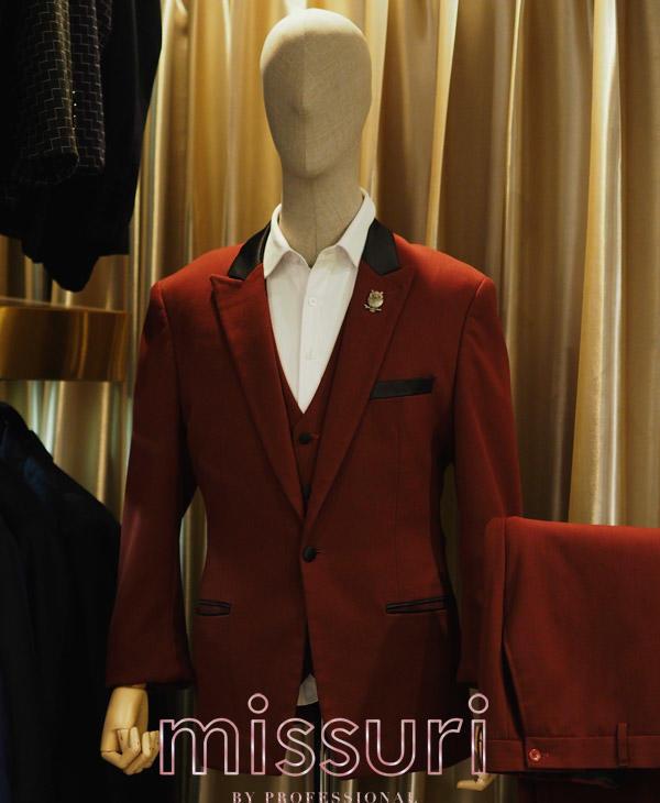 ชุดสูทสีแดงออกงาน ทรงเข้ารูป พร้อมเสื้อกั๊ก