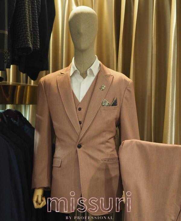ออกงานกับชุดสูทสีชมพูพร้อมเสื้อกั๊ก สูทไปงานแต่งสีชมพ