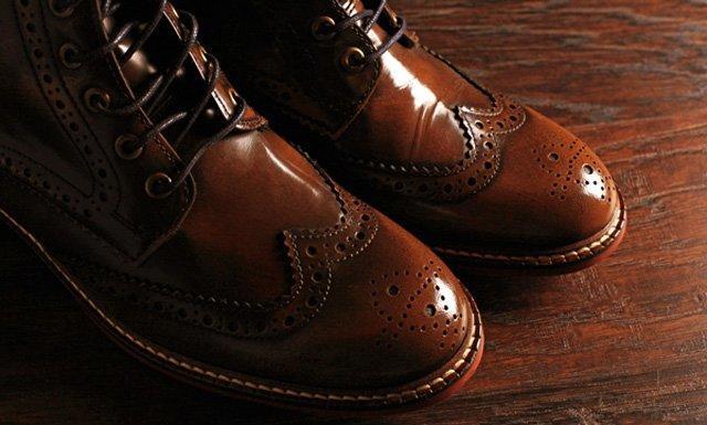 รองเท้าสีน้ำตาลแมทเข้ากับชุดสูทน้ำเงิน และสูทหลายๆ สี