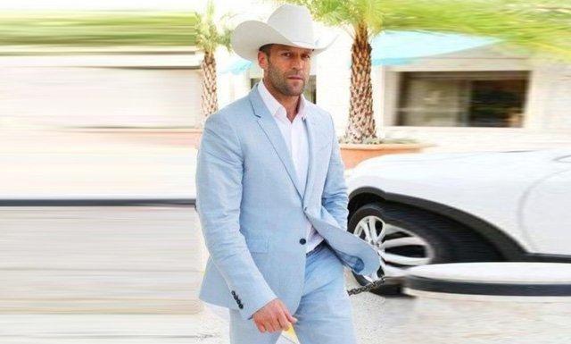 ชุดสูทสีฟ้าเเมต์กับเสื้อเชิ๊ตสีขาว