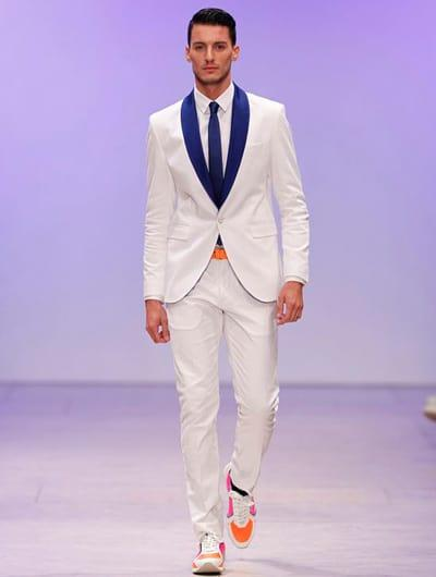 สูทสีขาวชุดสูททักซิโด้สีขาว ปกสีน้ำเงินให้ดูเด่นไม่เรียบมากจนเกินไป