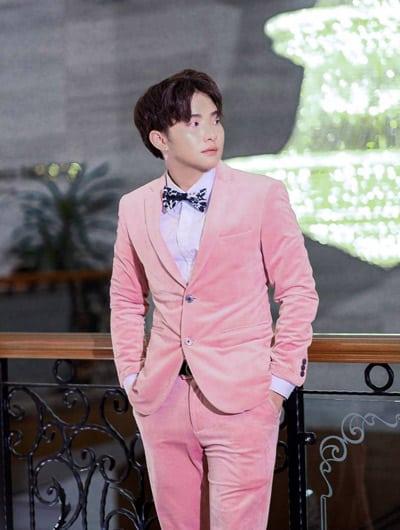 ชุดสูทกำมะหยี่สีชมพูไปงานแต่ง ทรงเรียบหรู