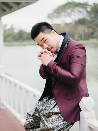 ชุดไทยประยุกต์โจงกระเบนเเมตท์กับเสื้อสูททักซิโด้สีเเด