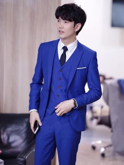 ทรงสลิมฟิต แบบเรียบๆ กับชุดสูทผู้ชาย แนววัยรุ่นออกงาน สีน้ำเงิน พร้อมเสื้อกั๊ก