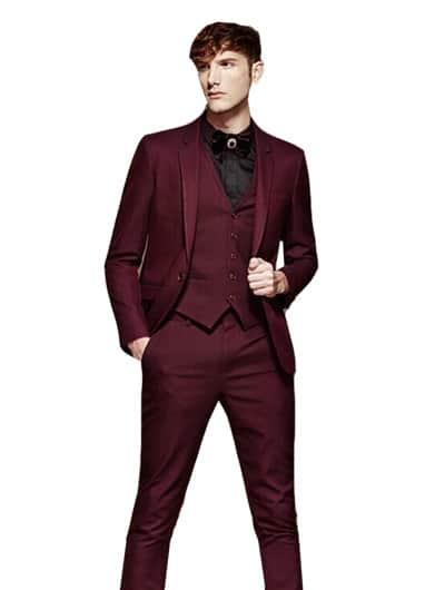 ชุดสูทสีเเดงเเมตท์กับเสื้อกั๊กสีเเดงตัดกับเสื้อเชิ๊ตสีดำ