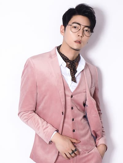 ชุดสูทสีชมพู