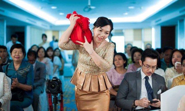 รีวิวแบบ ชุดแม่เจ้าสาว ในงานแต่ง ตอนเช้า แบบไทย ๆ แต่เก๋ไก๋ ด้วยผ้า กลิตเตอร์ สุดหรู