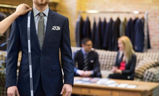 มีบริการตัดชุดสูทและปรับแก้ตามสัดส่วนของคุณลูกค้า