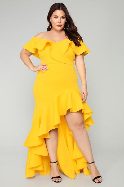 น่ารักสดใสในชุดราตรีปาดไหล่สีเหลืองหน้าสั้นหลังยาว