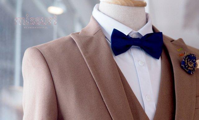 ชุดสูทสีอ่อนเเมตท์กับเครื่องประดับสีเข้มตัดกับสีชุด