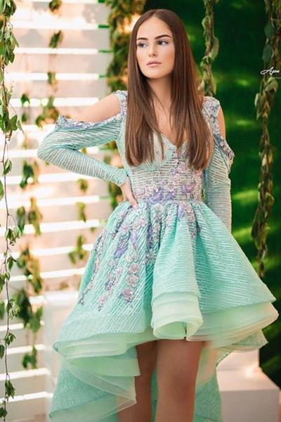 น่ารักสดใสในชุดราตรีสั้นเเขนยาวเปิดไหล่คอวีเน้นเอวกระโปรงทรงสุ่มหน้าสั้นหลังยาว