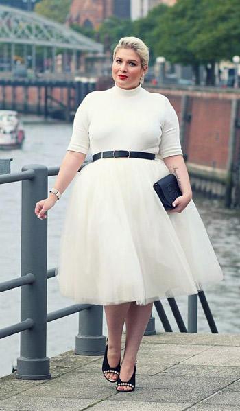 สีขาวแบบเสื้อคอเต่ากระโปรงทรงสุ่มช่วยอำพรางสะโพก