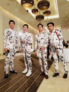 นี่เป็นอีกรีวิวเท่ห์ๆ จากคุณลูกค้าในชุด suits สีขาวลายดอกไม้แบบเรียบหรู ทรงทันสมัย