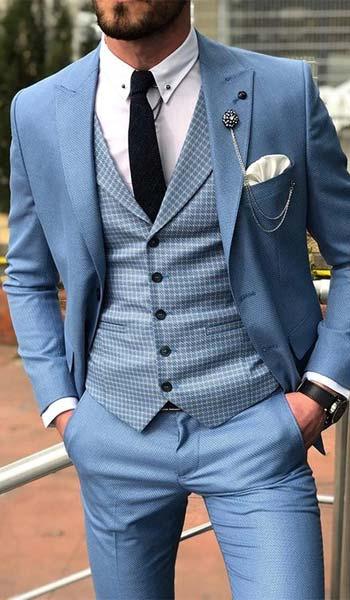 เเนวเเฟชั่นชุดสูทสีฟ้าเเมตท์กับเสื้อกั๊กลายตารางเล็ก