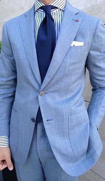 ชุดสูทสีฟ้าลายเส้นเข้ารูปแมตท์กับเสื้อเชิ๊ตลายทาง