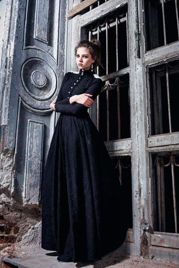 ผ้าลูกไม้สีดำแบบเรียบหรู แขนยาว กระดุมหน้า คอเต่า