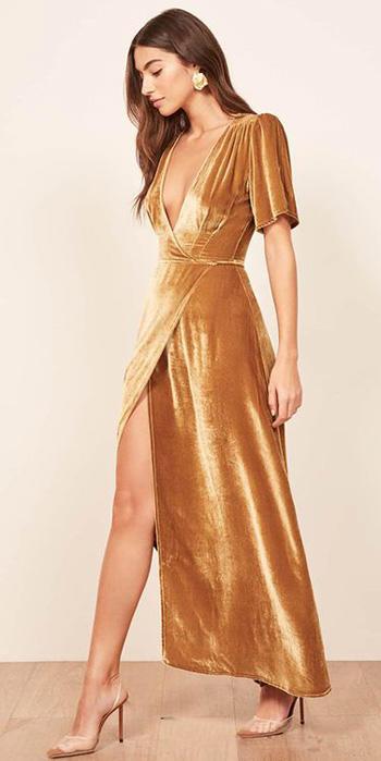 ผ้ากำมะหยี่สีทองมีเเขนกระโปรงเเวกหน้าขาสูงเพิ่มความเซ็กซี่