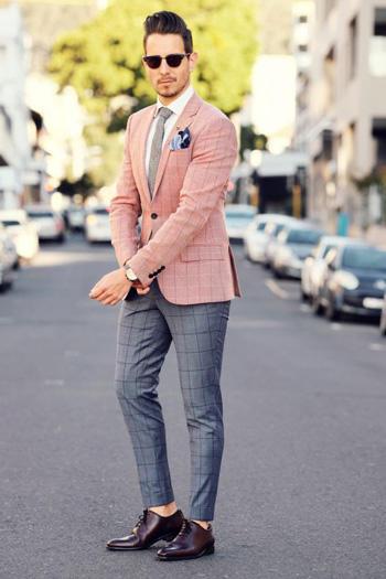 ลายตารางกับสูทสีชมพู กางเกงสีเทาเงิน ใส่คู่กับรองเท้าคัทชู