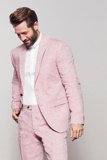 สูทสีชมพูทรงสลิมฟิต ใส่คู่กับเสื้อเชิตสีขาว สูททรง1กระดุม