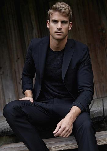 เสื้อคอกลมกับสูทสีดำ กางเกงทรงเข้ารูปสลิมฟิต