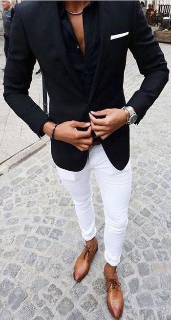 แนววัยรุ่นกับสูทดำใส่คู่กับกางเกงสีขาว แมทเข้ากับรองเท้าคัทชูสีน้ำตาล