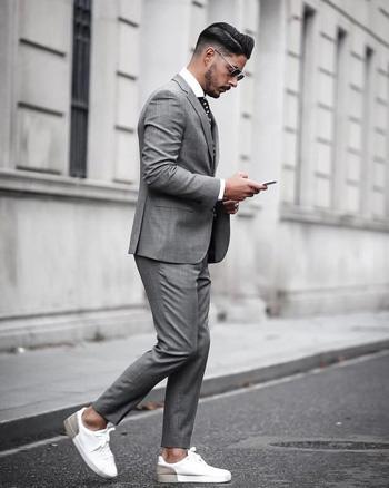 สูทสีเทาเงินออกงาน กางเกงทรงเข้ารูป รองเท้าผ้าใบสีขาว