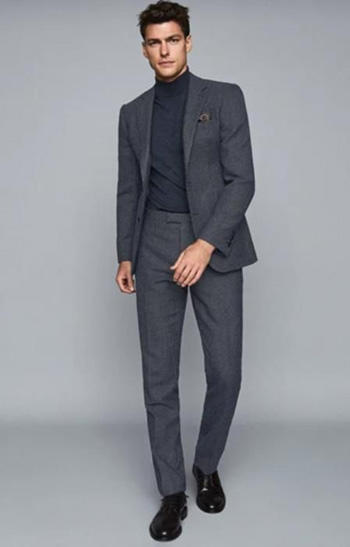 สูทสีเทาเงิน กางเกงทรงเข้ารูปสลิมฟิต ใส่คู่กับเสื้อคอเต่า