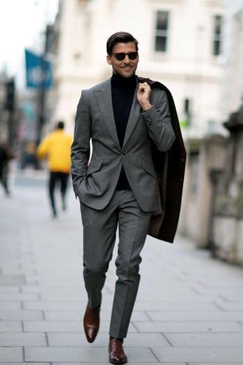 คอเต่าสีดำ แมทเข้ากับชุดสูทสีเทาเงิน กางเกงทรงเข้ารูปสลิมฟิิต