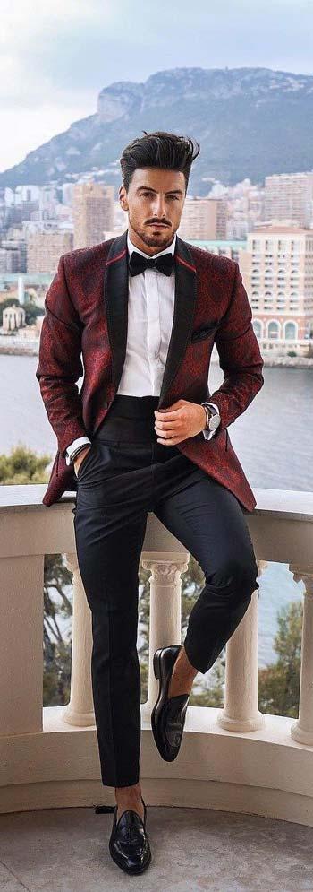 เสื้อสูทสีเเดงใส่คู่กางเกงสีดำทรงเข้ารูป