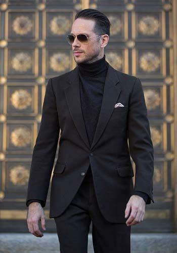 เเบบชุดสูทสีดำสองกระดุมเข้ารูปเเมตท์กับเสื้อคอเต่าสีดำ