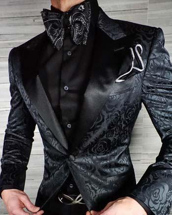 เสื้อสูทลายดอกไม้ใส่คู่กับเชิ๊ตสีดำเเมตท์กับกางเกงสีดำ