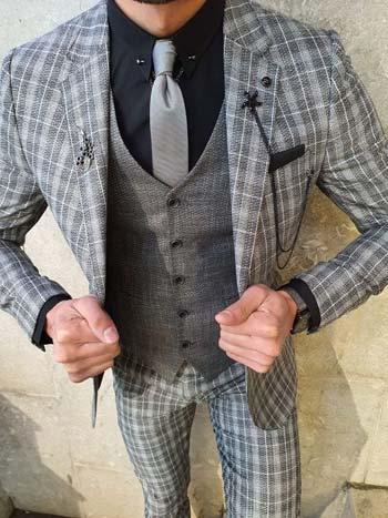 ชุดสูทสีเทาลายสก็อตเเมตท์กับเสื้อกั๊กสีเทา