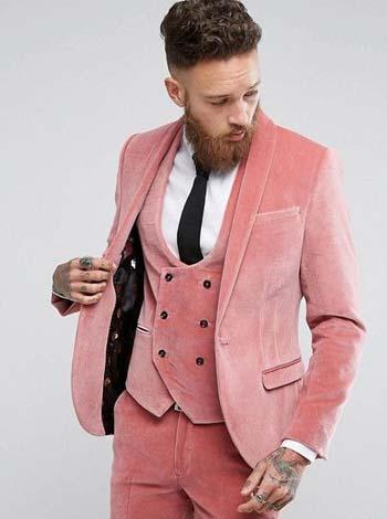 ผ้ากำมะหยี่หรูหราในชุดสูทสีชมพูทรง Slim Fit