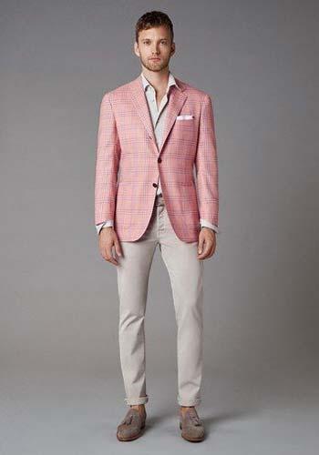 เสื้อสูทลายตารางแบบสองกระดุมใส่คู่กับกางเกงทรงกระบอกสีครีม