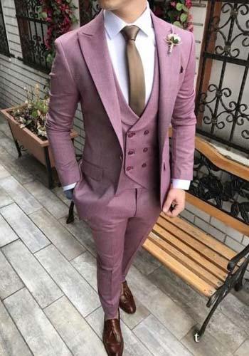 หรูหราในชุดสูทสีชมพูหนึ่งกระดุมคู่กับเสื้อกั๊กเเบบไขว้หกกระดุม